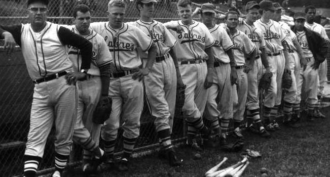 Coach Bill Tinlin met zijn team op het HCAW terrein, 1966